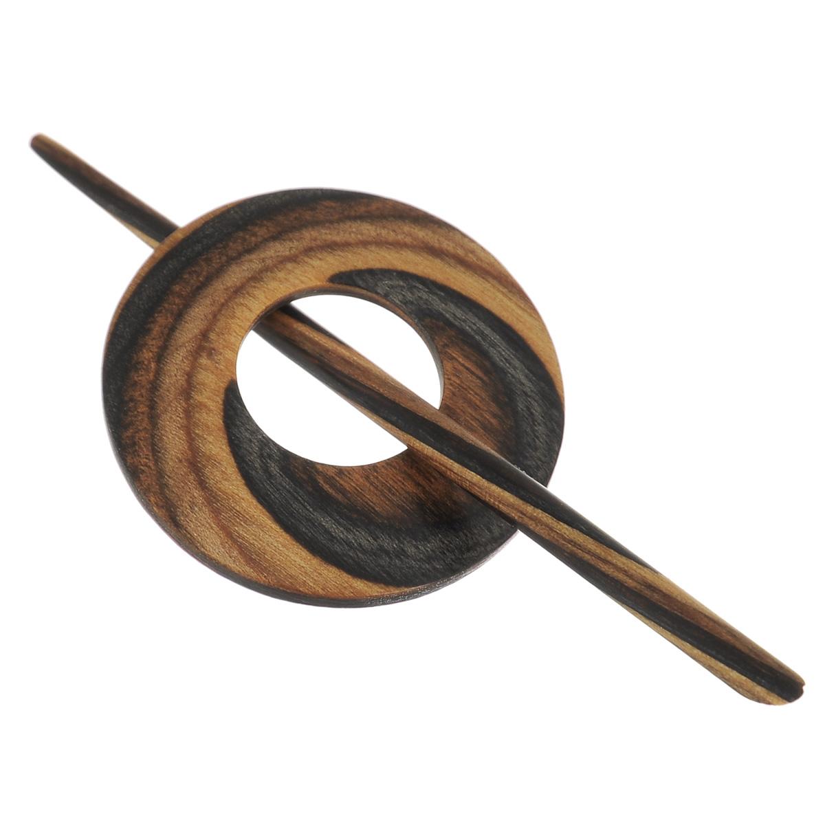 Застежка декоративная Prym Круг, цвет: коричневый, серый417740Декоративная застежка Prym Круг изготовлена из натурального дерева и выполнена в виде палочки и круглого декоративного элемента с большим отверстием по центру. С ее помощью можно пристегнуть кардиган, пончо, палантин или шаль или просто одеть на шерстяной свитер в качестве украшения. Этот красивый, но в то же время функциональный аксессуар непременно понравится вам, а также станет замечательным подарком родным и близким людям! Длина палочки: 12 см. Диаметр декоративного элемента: 4,8 см.