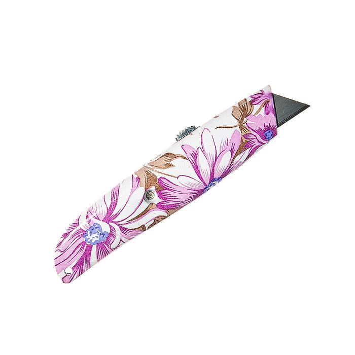 Нож садовый Village People Свежесть, цвет: белый, розовый, длина лезвия 2,5 см64748_1Садовый нож Village People Свежесть выполнен из нейлона. Лезвие выполнено из стали и имеет выдвижной механизм. Нож оформлен красочным изображением цветов и предназначен для садовых нужд. Он подходит для мелкой обрезки, окулировки, прививки, зачистки ран и многих других садовых работ. Общая длина ножа: 15 см. Длина лезвия: 2,5 см.