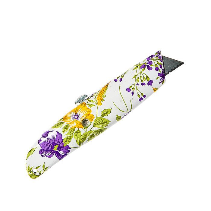 Нож садовый Village People Свежесть, цвет: белый, желтый, фиолетовый, длина лезвия 2,5 см64748_3Садовый нож Village People Свежесть выполнен из нейлона. Лезвие выполнено из стали и имеет выдвижной механизм. Нож оформлен красочным изображением цветов и предназначен для садовых нужд. Он подходит для мелкой обрезки, окулировки, прививки, зачистки ран и многих других садовых работ. Общая длина ножа: 15 см. Длина лезвия: 2,5 см.
