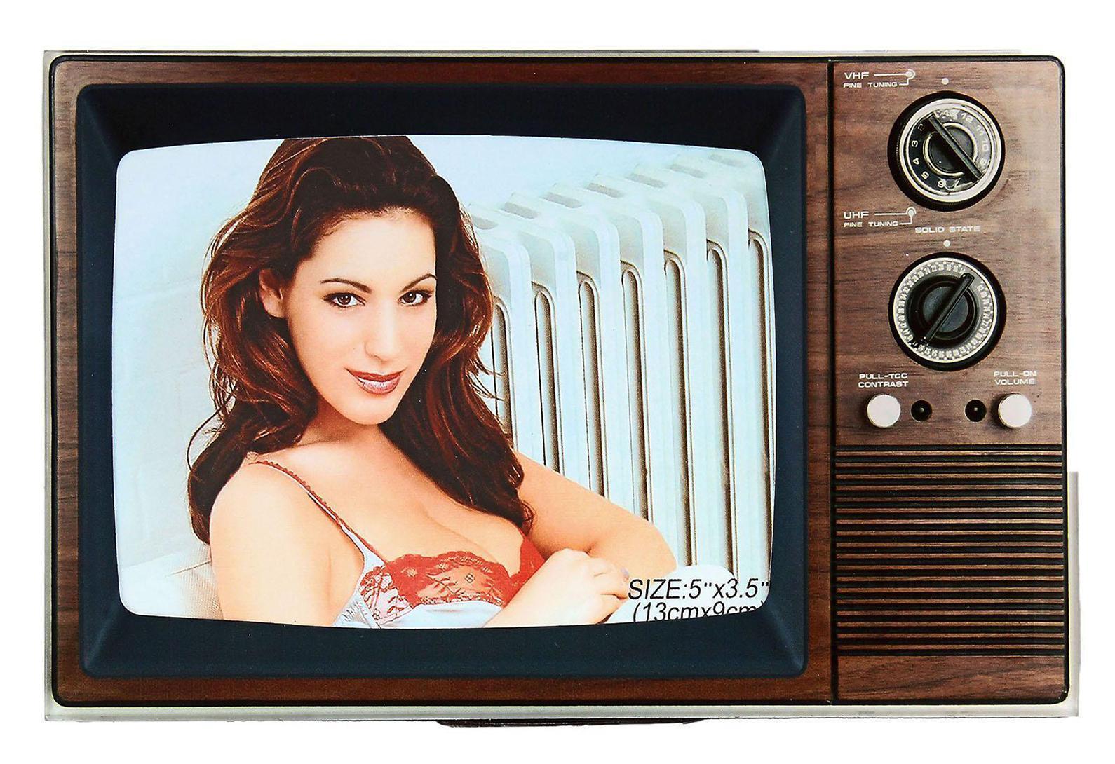 Фоторамка Sima-land Старый телевизор, 9 см х 13 см614710Декоративная фоторамка Sima-land Старый телевизор выполнена из стекла в виде телевизора. Обратная сторона рамки оснащена специальной ножкой, благодаря которой ее можно поставить на стол или любое другое место в доме или офисе. Такая фоторамка украсит ваш интерьер оригинальным образом, а также позволит сохранить память о дорогих вам людях и интересных событиях вашей жизни. С ней вы сможете не просто внести в интерьер своего дома элемент оригинальности, но и создать атмосферу загадочности и изысканности.