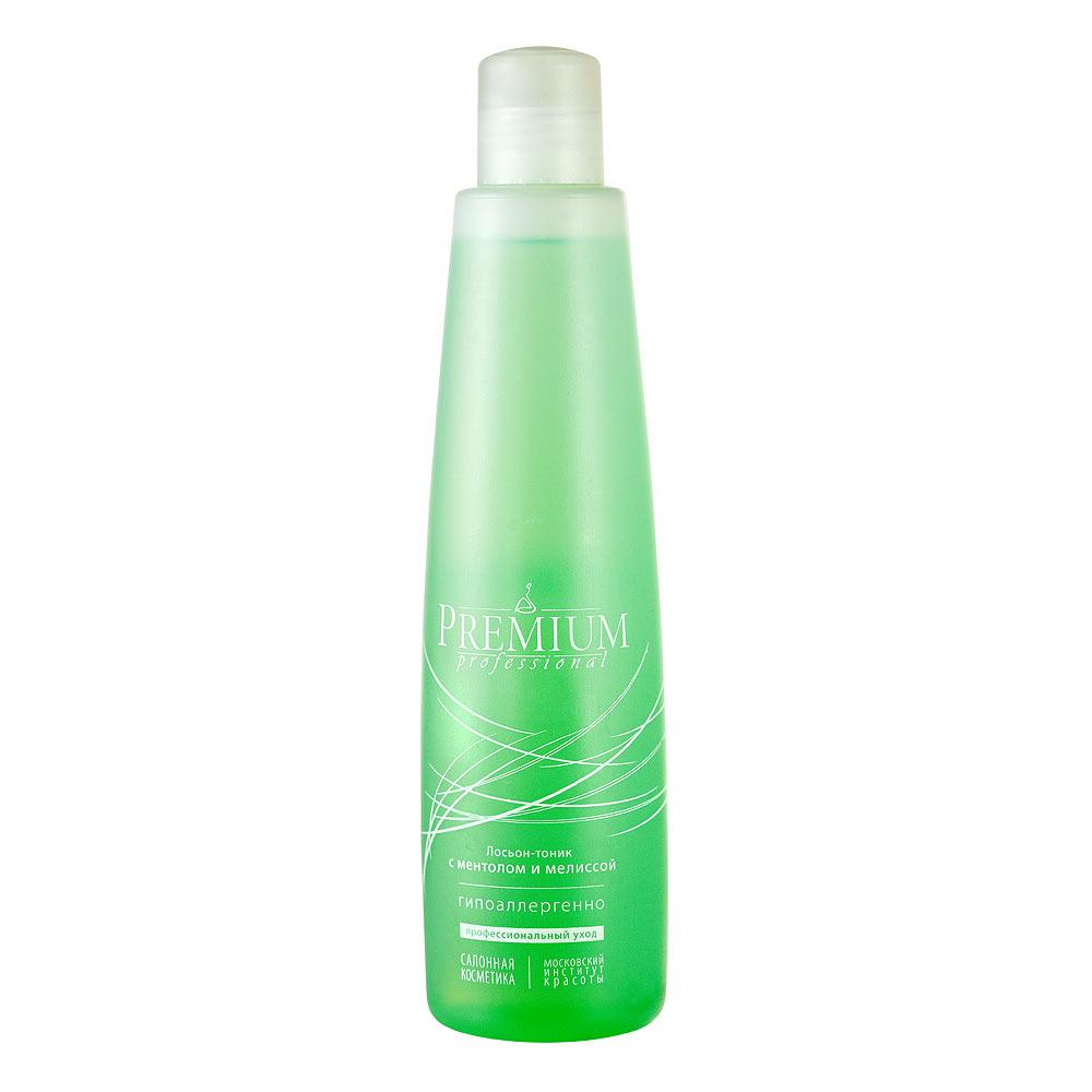 PREMIUM Professional Лосьон-тоник с ментолом и мелиссой 325млГП070013Гипоаллергенный препарат для тонизирования комбинированной чувствительной кожи лица с капилляропатиями (эритроз, купероз). Не содержит этилового спирта. Состав: вода очищенная, вода шунгитовая, глицерин, ПЭГ-40 гидрогенизированного касторового масла, пропиленгликоль, экстракт гамамелиса, ментол, динатрий ЭДТА, метилизотиазолинон, йодопропинилбутилкарбамат, эфирное масло мелиссы, красители Cl: 19140, 42051. Показания к применению Жирная кожа (жирная и сухая себорея), жирная кожа, осложненная легкими формами акне, на фоне повышенной чувствительности и капилляропатий. Что содержится в биоактивном составе? Шунгитовая вода Ментол Эфирное масло мелиссы Экстракт гамамелиса Как применять? 1. На этапе тонизирования: нанести на очищенную кожу с помощью салфетки или ватного спонжа по кожным линиям. 2. На этапе интенсивного ухода: развести лосьоном-тоником альгинатную фитопудру-маску по соответствующей проблеме до состояния густой сметаны. Нанести получившуюся маску на лицо, оставить до...