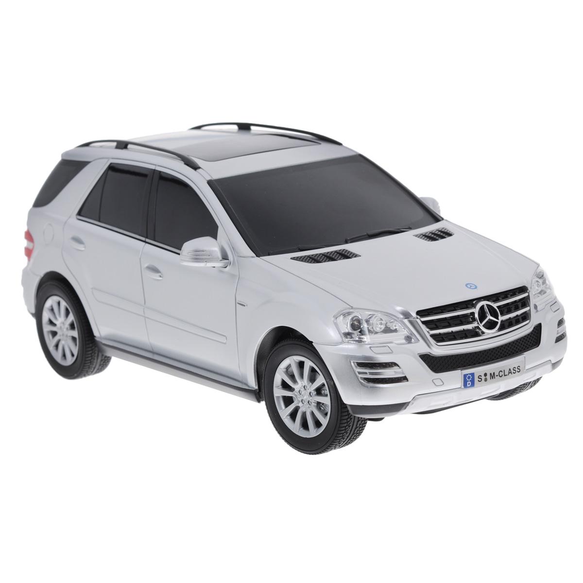 TopGear Радиоуправляемая модель Mercedes-Benz M350 цвет серебристый масштаб 1:18Т56689Все мальчишки любят мощные крутые тачки! Особенно если это дорогие машины известной марки, которые, проезжая по улице, обращают на себя восторженные взгляды пешеходов. Радиоуправляемая модель TopGear Mercedes-Benz M350 - это детальная копия существующего автомобиля в масштабе 1:18. Машинка изготовлена из прочного легкого пластика; колеса прорезинены. При движении передние и задние фары машины светятся. При помощи пульта управления автомобиль может перемещаться вперед, дает задний ход, поворачивает влево и вправо, останавливается. Встроенные амортизаторы обеспечивают комфортное движение. В комплект входят машинка, пульт управления, зарядное устройство (время зарядки составляет 4-5 часов), аккумулятор и 2 батарейки. Автомобиль отличается потрясающей маневренностью и динамикой. Ваш ребенок часами будет играть с моделью, устраивая захватывающие гонки. Машина работает от аккумулятора 500 мАч напряжением 4,8 В (входит в ...