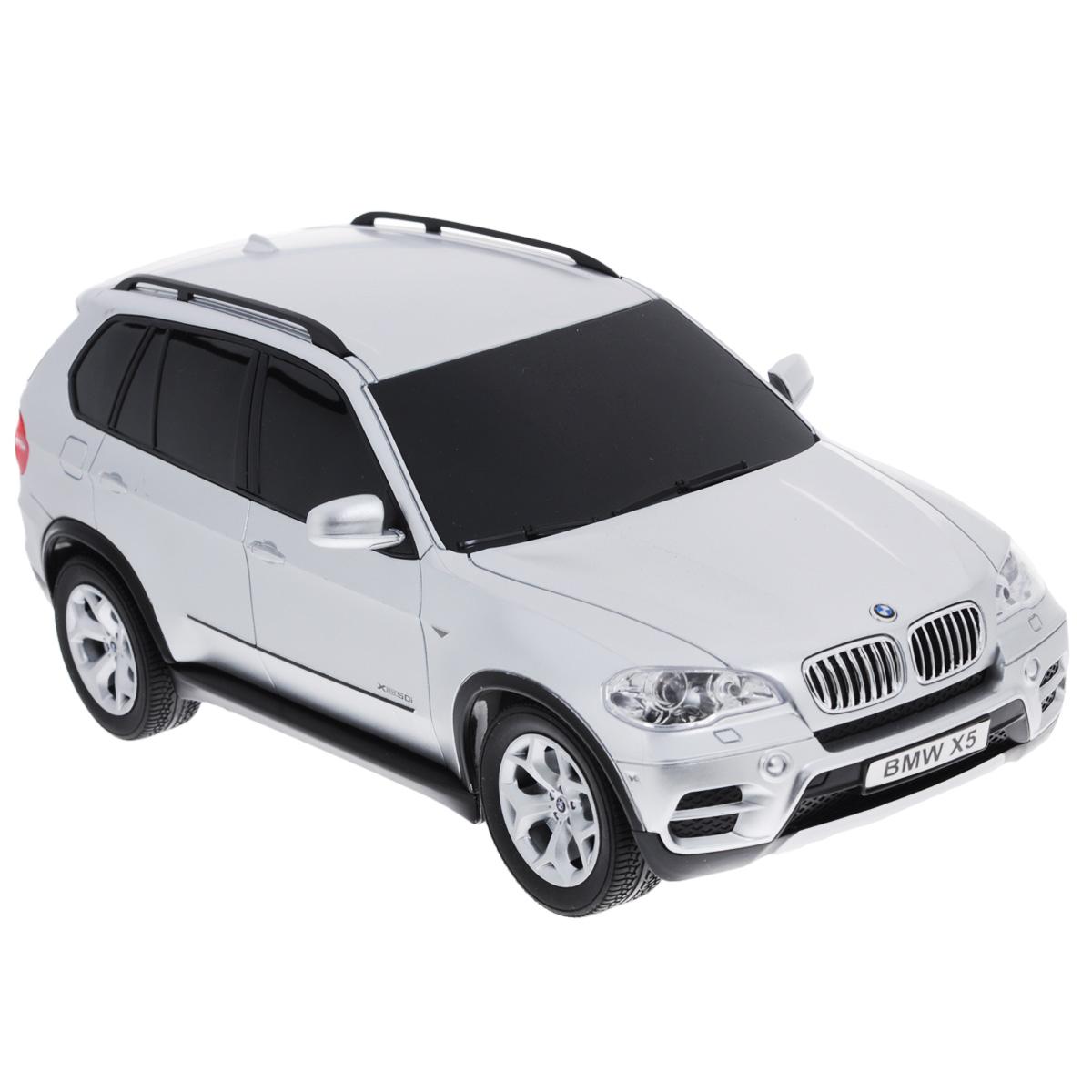 TopGear Радиоуправляемая модель BMW X5 цвет серебристый масштаб 1:24Т56671Все мальчишки любят мощные крутые тачки! Особенно если это дорогие машины известной марки, которые, проезжая по улице, обращают на себя восторженные взгляды пешеходов. Радиоуправляемая модель TopGear BMW X5 - это детальная копия существующего автомобиля в масштабе 1:24. Машинка изготовлена из прочного легкого пластика; колеса прорезинены. При движении передние и задние фары машины светятся. При помощи пульта управления автомобиль может перемещаться вперед, дает задний ход, поворачивает влево и вправо, останавливается. Встроенные амортизаторы обеспечивают комфортное движение. В комплект входят машинка, пульт управления, зарядное устройство (время зарядки составляет 4-5 часов), аккумулятор и 2 батарейки. Автомобиль отличается потрясающей маневренностью и динамикой. Ваш ребенок часами будет играть с моделью, устраивая захватывающие гонки. Машина работает от 3 батареек типа АА (не входят в комплект). Пульт управления работает от 2...