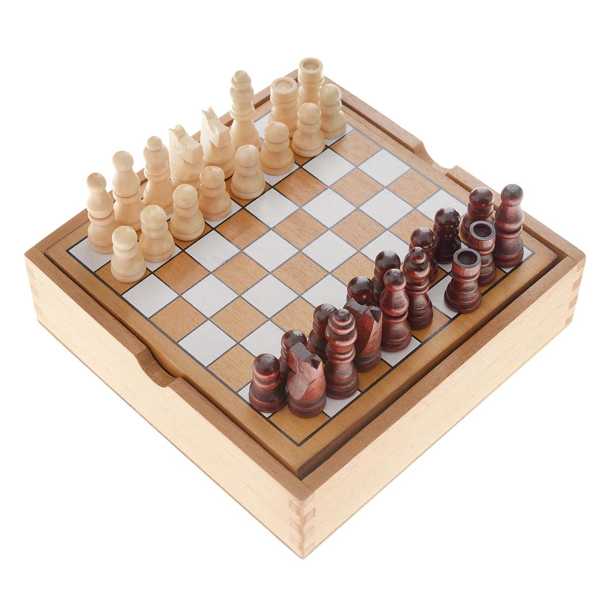 Настольная игра Tactic Games Chess14024NНастольная игра Chess (Шахматы) от компании Tactic Games будет прекрасным подарком для любителей шахмат. Игра предназначена для разновозрастной аудитории. В нее могут играть как взрослые, так и любящие интеллектуальные игры дети. Правила игры такие же, как и при игре в классические шахматы. Настольная игра Chess (Шахматы) несомненно понравится тем, кто любит брать любимые игры с собой. Компактный короб из дерева, который одновременно является и игровой досокй, не займет много места в багаже. Возраст игроков: от 7 лет и старше. Количество участников: 2 человека. В комплекте: 32 шахматные фигуры, игровое поле, правила игры.