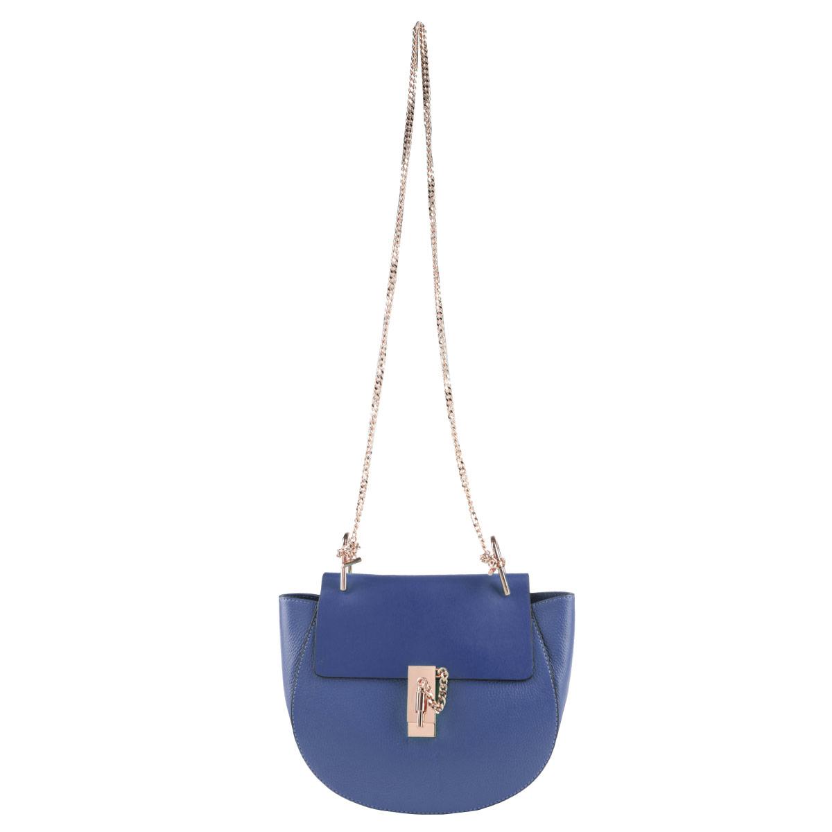Сумка женская Dispacci, цвет: синий. DA80982DA80982Компактная сумка Dispacci займет достойное место в вашей коллекции аксессуаров. Модель выполнена из натуральной высококачественной кожи и декорирована фактурным тиснением. Сумка закрывается клапаном на оригинальную застежку. Внутри - большое отделение, также есть втачной карманчик на застежке-молнии, два накладных карманчика для телефона и мелочей. Ручка исполнена в виде цепочки, которая крепится к изделию на металлическую фурнитуру. В комплект с сумкой входит плечевой ремень на карабинах. Изделие упаковано в фирменный чехол. Изысканная сумка прекрасно дополнит ваш элегантный образ и подчеркнет безупречный вкус.