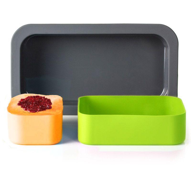 Форма для выпечки под ланч-бокс MB Original зеленая+оранжевая1009 00 002Знаете, какие плюсы есть у этой формы для выпечки от Monbento? Во-первых, она идеальная для пирогов, желе, кексов, запеканок и прочих вкусностей. В ней можно и запекать в духовке, и делать кексы в микроволновке, и замораживать бульон в морозилке – она выдерживает температуру от -40 до +240 градусов. Во-вторых, по размеру она идеально подходит к ланч-боксам MB Single и MB Original - приготовленный кулинарный шедевр удобно нести на работу, чтобы перекусить самому или поделиться с коллегами. Материал: силикон, цвет: разноцветный