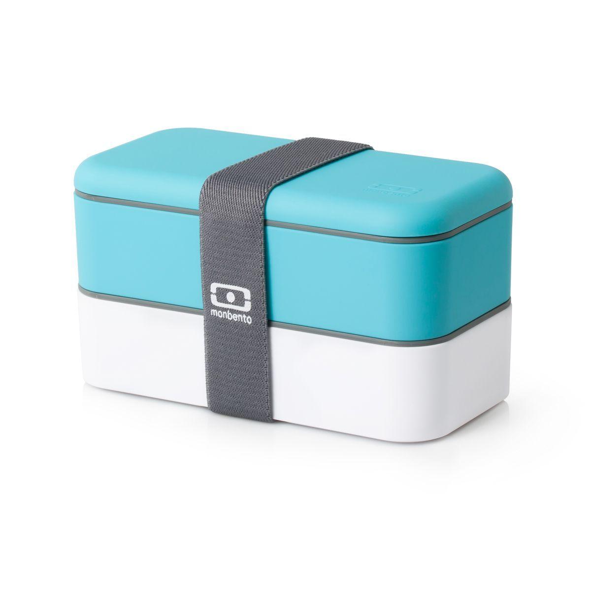 Ланч-бокс Monbento Original, цвет: белый, голубой, 1 л1200 02 104Ланчбокс Monbento Original изготовлен из высококачественного пищевого пластика с приятным на ощупь прорезиненным покрытием soft-touch. Предназначен для хранения и переноски пищевых продуктов. Ланчбокс представляет собой два прямоугольных контейнера, в которых удобно хранить различные блюда. В комплекте также предусмотрена емкость для соуса, которая удобно помещается в одном из контейнеров. Контейнеры вакуумные, что позволяет продуктам дольше оставаться свежими и вкусными. Боксы дополнительно фиксируются друг над другом эластичным ремешком. Компактные размеры позволят хранить ланчбокс в любой сумке. Его удобно взять с собой на работу, отдых, в поездку. Теперь любимая домашняя еда всегда будет под рукой, а яркий дизайн поднимет настроение и подарит заряд позитива. Можно использовать в микроволновой печи и для хранения пищи в холодильнике, можно мыть в посудомоечной машине. В крышке каждого контейнера - специальная пробка, которую надо вытащить, если вы разогреваете...
