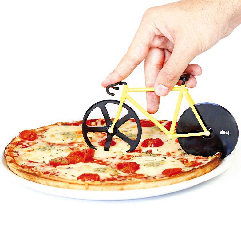 Нож для пиццы Fixie желтый/черныйDHFPCBBВелосипеды становятся все популярнее и их все чаще можно встретить вокруг. В том числе и в вашей пицце! Забавный нож с двойными лезвиями на месте колес поможет отрезать ровные куски, которые легко отделятся друг от друга. Так что теперь можете намекать друзьям Пойдем кататься на велосипеде, имея ввиду, конечно же, вечер с поеданием вкусной пиццы. Ммм! Материал: пластик ABS/металл, цвет: желтый