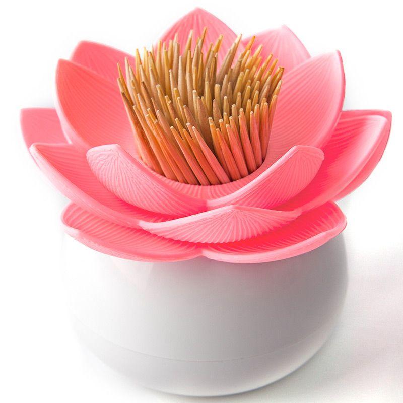 Держатель для зубочисток Lotus белый/розовыйQL10156-WH-PKНовинка от бренда Qualy ! Зубочистки всегда рассыпаются, их трудно вставить обратно, не уколоться и не сломать. Держатель Lotus - это не только элемент декора Вашей кухни, но и верный помощник в хранении зубочисток. Материал: пластик, цвет: розовый