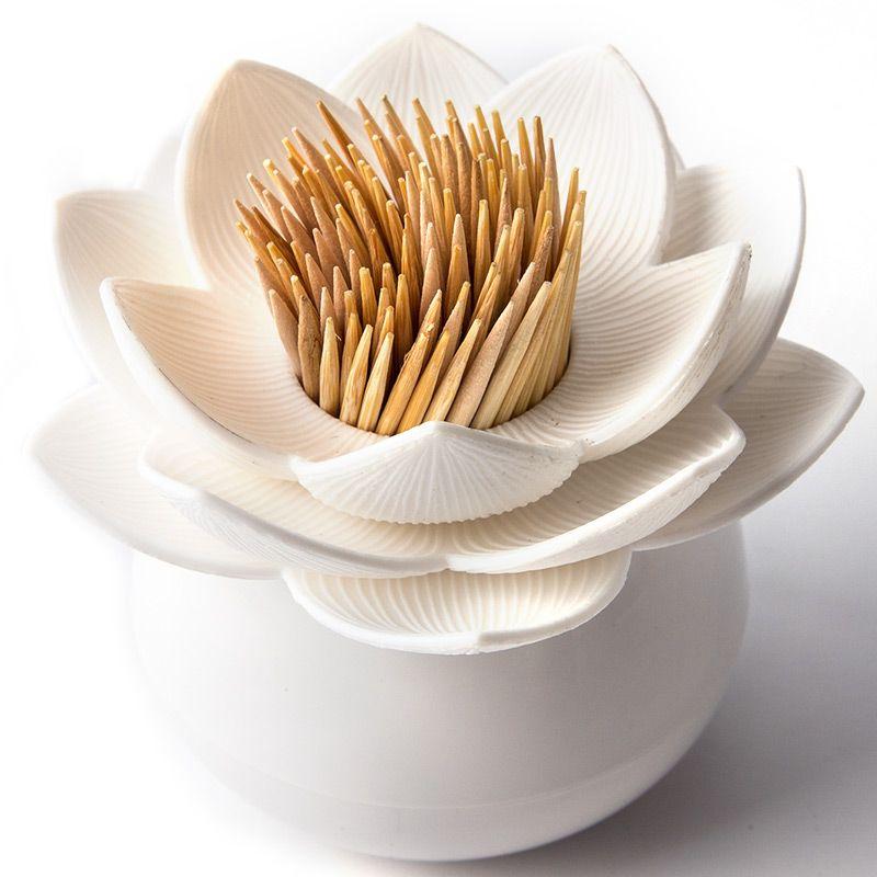 Держатель для зубочисток Qualy Lotus Pick, цвет: белыйQL10156-WH-WHОригинальный держатель для зубочисток Qualy Lotus Pick, изготовленный из высококачественного пластика в виде цветка лотоса, это невероятно нужный на кухне предмет. Корпус изделия приятен на ощупь, благодаря прорезиненному покрытию. Он справляется со своей работой просто отлично! Зубочистки всегда рассыпаются, их трудно вставить обратно, не уколоться и не сломать. С таким держателем все просто! Держатель Lotus - это не только элемент декора вашей кухни, но и верный помощник в хранении зубочисток. Диаметр корпуса: 4 см. Диаметр цветка: 7 см. Высота изделия: 6 см. Уважаемые клиенты! Обращаем ваше внимание, что зубочистки в комплект не входят!