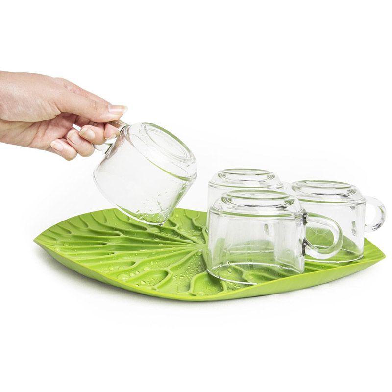 Сушилка-поднос Lotus зеленаяQL10166-GNКак известно, лотосы растут в воде, а значит, великолепная сушилка для посуды в виде листка лотоса должна быть поближе к раковине. Поставьте ее на столешницу или в шкаф, чтобы вода со свежевымытых стаканов, чашек, тарелок или столовых приборов стекала вниз на силиконовые желобки. Плюс к этому такую красоту можно использовать в качестве сервировочного подноса для овощей и фруктов. Материал: пластик, цвет: зеленый