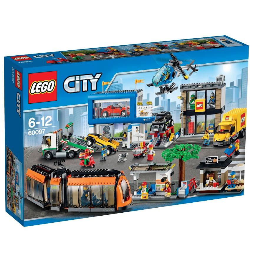 LEGO City Конструктор Городская площадь 6009760097На городской площади шум и суета! Оставь свой велосипед возле уютной кофейни, прыгай на борт классного новостного вертолета и поднимайся в воздух на высоту птичьего полета. Когда закончишь с полётами, загляни в магазин Lego, куда только что доставили новые наборы. Помоги водителю выгрузить коробки, положи их на тележку и отвези в магазин. После этого оцени классные автомобили, вставленные для продажи в дилерских салонах. Помоги механику управлять автомобильным подъемником и установить новый набор спортивных легкосплавных дисков. Самое время купить хот-дог и газету для поездки домой, но направляясь к трамвайной остановке, следи за доставщиком пиццы, который мчится на своем скоростном скутере! Закрепи велосипед в стойке, займи место и наблюдай, что происходит вокруг, путешествуя по улицам Lego City. Какой захватывающий день! В набор входят 12 минифигурок с разнообразными аксессуарами: водитель трамвая, пилот вертолёта, продавщица кофейни, доставщик пиццы, продавщица автомобилей,...