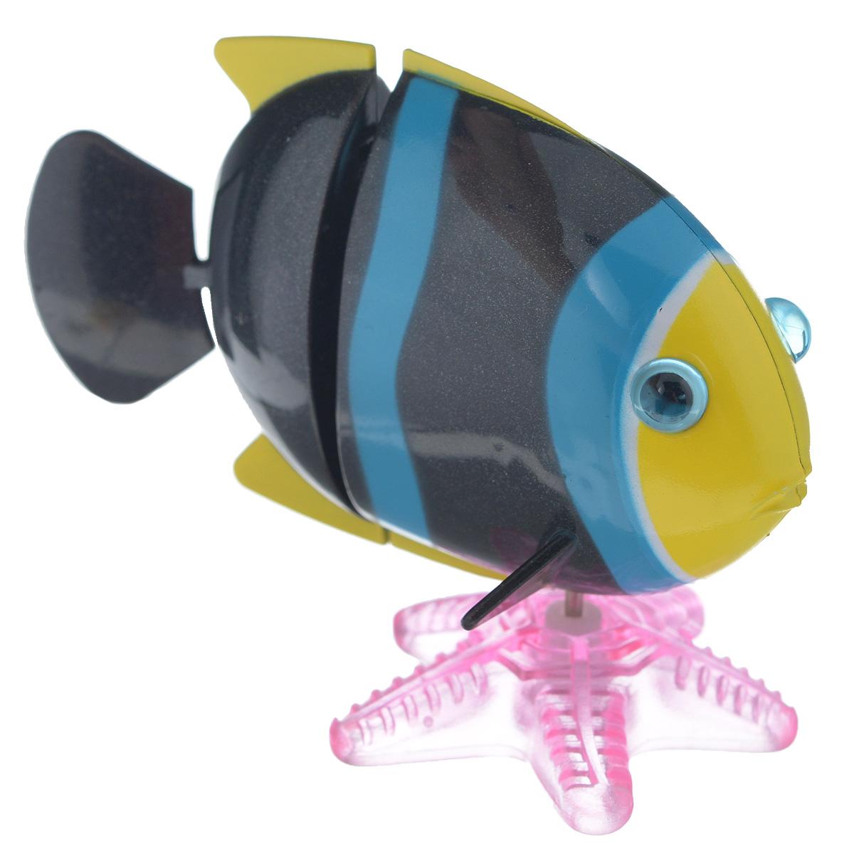 Игрушка заводная Коралловая рыбка, цвет: черный, желтый2K-F2D_ желтый/черныйИгрушка Hans Коралловая рыбка привлечет внимание вашего малыша и не позволит ему скучать! Выполненная из безопасного пластика, игрушка представляет собой забавную рыбку. В комплекте имеется морская звезда, благодаря которой игрушку можно поставить на горизонтальную поверхность. Игрушка имеет механический завод. Для запуска, придерживая гребной винт, поверните заводной ключ по часовой стрелке до упора. Опустите игрушку в воду и она поплывет вперед. Заводная игрушка Hans Коралловая рыбка поможет ребенку в развитии воображения, мелкой моторики рук, концентрации внимания и цветового восприятия. Игрушка упакована в пластиковое яйцо, которое можно использовать как копилку.