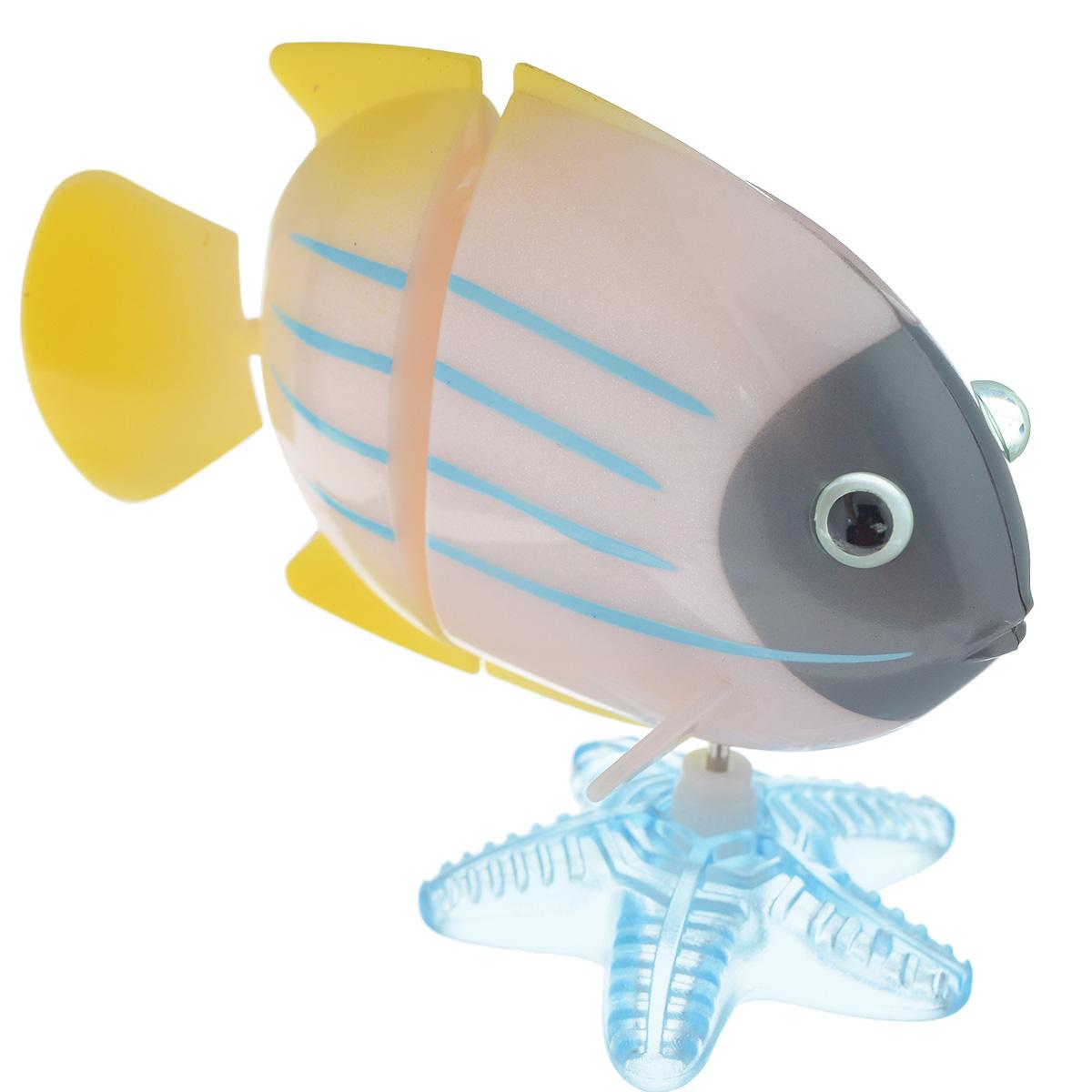 Игрушка заводная Коралловая рыбка, цвет: белый, серый2K-F2D_ серыйИгрушка Hans Коралловая рыбка привлечет внимание вашего малыша и не позволит ему скучать! Выполненная из безопасного пластика, игрушка представляет собой забавную рыбку. В комплекте имеется морская звезда, благодаря которой игрушку можно поставить на горизонтальную поверхность. Игрушка имеет механический завод. Для запуска, придерживая гребной винт, поверните заводной ключ по часовой стрелке до упора. Опустите игрушку в воду и она поплывет вперед. Заводная игрушка Hans Коралловая рыбка поможет ребенку в развитии воображения, мелкой моторики рук, концентрации внимания и цветового восприятия. Игрушка упакована в пластиковое яйцо, которое можно использовать как копилку.