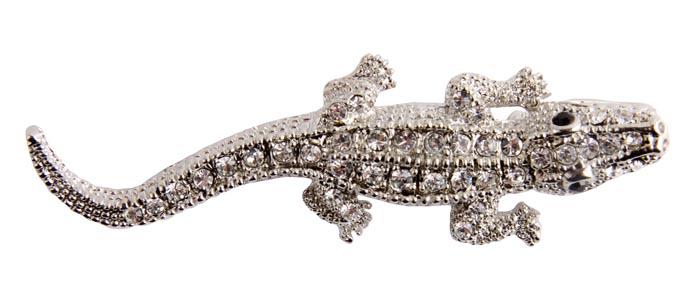 Брошь Крокодил. Металл, австрийские кристаллы. Начало XXI векаKF0915Брошь Крокодил. Металл, австрийские кристаллы. Западная Европа, начало XXI века. Размеры 7 х 2 см. Сохранность хорошая. Очаровательная яркая брошь, выполненная в виде добродушного крокодила. Аксессуар выполнен из бижутерного сплава серебристого тона и украшен множеством сверкающих страз. Эта изысканная брошь станет стильным украшением для романтичной и творческой натуры и гармонично дополнит Ваш наряд, станет завершающим штрихом в создании образа.