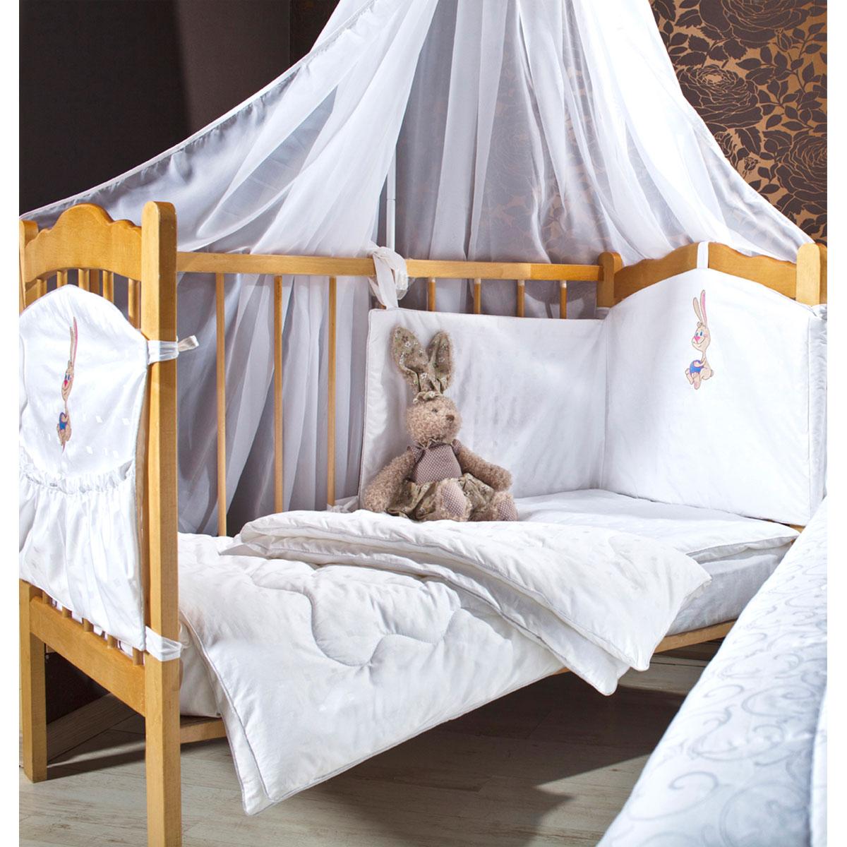 Комплект в кроватку Primavelle Lovely, цвет: голубой, 5 предметов411601842-3118вlКомплект в кроватку Primavelle Lovely прекрасно подойдет для кроватки вашего малыша, добавит комнате уюта и согреет в прохладные дни. В качестве материала верха использован натуральный 100% хлопок. Мягкая ткань не раздражает чувствительную и нежную кожу ребенка и хорошо вентилируется. Подушка и одеяло наполнены гипоаллергенным бамбуковым волокном. Бамбук является природным антисептиком, обладающим уникальными антибактериальными и дезодорирующими свойствами. Бортики наполнены экофайбером, который не впитывает запах и пыль. Балдахин выполнен из легкой прозрачной вуали. В комплекте - удобный карман на кроватку для всех необходимых вещей. Очень важно, чтобы ваш малыш хорошо спал - это залог его здоровья, а значит вашего спокойствия. Комплект Primavelle Lovely идеально подойдет для кроватки вашего малыша. На нем ваш кроха будет спать здоровым и крепким сном. Комплектация: - бортик (180 см х 46 см); - балдахин (420 см х 160 см); -...