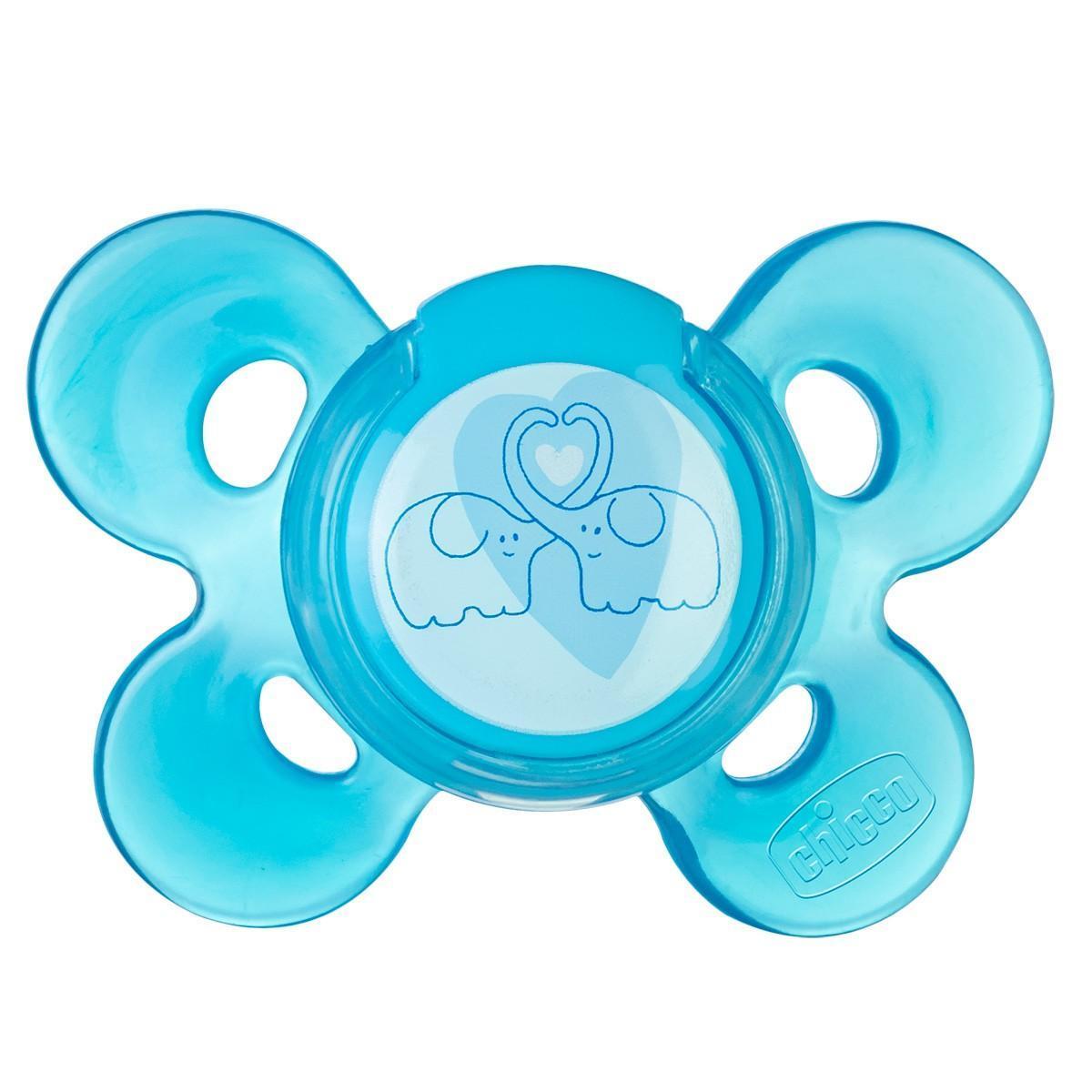 Chicco Пустышка силиконовая, голубой цвет, 4+, 1 шт00072813210000Красивая улыбка сегодня — красивый ротик завтра! Новая серия Physio Comfort от Chicco — инновационная суперэргономичная пустышка с ортодонтической активной соской для правильного развития рта. Экстраэргономичный щиток протестирован на предмет максимального комфорта. Соска имеет максимально тонкое основание для оптимального закрытия рта, наклонный профиль с желобками для правильного движения рта, тонкие края для правильного положения языка. Соска разработана ведущими ортодонтами и выполнена из мягкого латекса и силикона. Серия состоит из нескольких цветов - для мальчиков и девочек. Оставляет большое пространство области носа и подбородка, облегчая дыхание. Зона у основания широкая и находится на достаточном расстоянии, чтобы обеспечивать естественное движение губ во время сосания. Пустышка прислоняется к лицу 4-мя маленькими опорами для максимальной деликатности. Натуральный латекс — мягкий натуральный материал, упругий и стойкий легко...