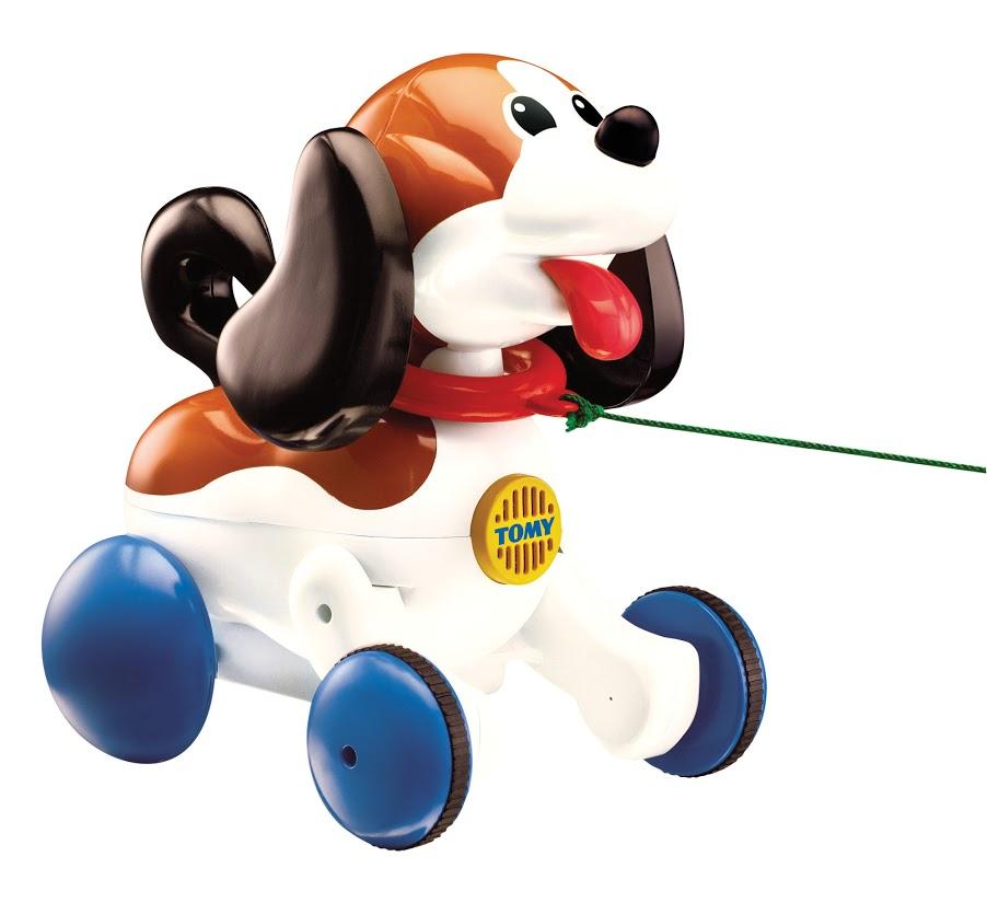 Tomy Развивающая игрушка Веселый щенок на прогулкеE3862RUЗвуковая развивающая игрушка для детей. Каждый ребёнок мечтает иметь настоящего друга. А эта симпатичная собачка ведёт себя как живая. Малыш тянет за поводок, и щенок лает, болтает ушами, бежит за малышом. Когда щенок устанет, он садится на задние лапы и дышит, как живой, преданно глядя на хозяина, и начинает поскуливать от переполняющих его эмоций.
