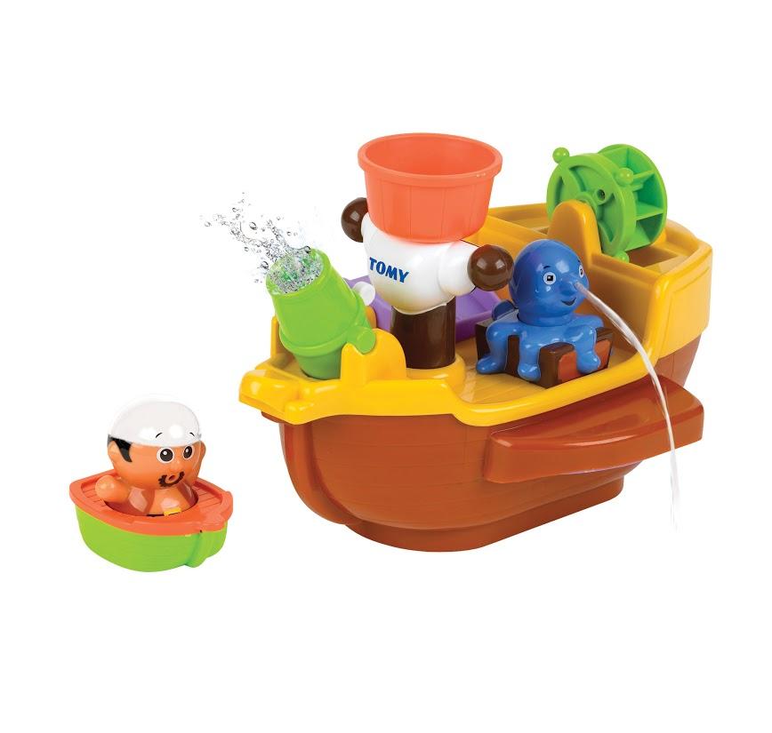 Tomy Развивающая игрушка для ванной Пиратский корабльE71602RUС игрушкой «Пиратский корабль» от известной японской компании TOMY (Томи) процесс купания Вашего малыша будет проходить весело и интересно. Эта удивительная многофункциональная игрушка непременно вызовет восторг и превратит купание малыша в самое настоящее морское приключение! Пирата можно поместить на мачту, чтобы он оттуда следил за обстановкой на море. В сражении с врагами поможет осьминог, который может выпускать струю воды, а также пушка, которая выплескивает воду, имитируя залп. На корме находится водяное колесо, если лить на него воду, оно начнет вращаться. Если же пирату придется туго, он сможет покинуть корабль на небольшой лодочке, спустившись на воду прямо с борта корабля. Чтобы уверенней балансировать на волнах корабль должен немного принять воды в трюм. Все игрушки Томи отличает высочайшее качество, уровень безопасности и надежности, характерный для японских производителей.