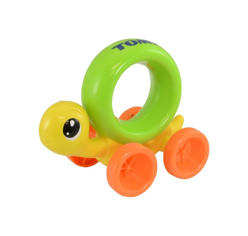 Tomy Развивающая игрушка Нажимай и играй ЧерепашкаE72200RUРазвивающая игрушка Tomy Нажимай и играй. Черепашка - забавная игрушка, которая поможет вашему малышу научиться быстро ползать, а также порадует его яркой расцветкой и подарит хорошее настроение. Игрушка изготовлена из гипоаллергенного материала, не имеет острых углов, абсолютно безопасна для ребенка. Панцирь черепашки выполнен в виде кольца, за которое очень удобно держаться маленькой детской ручкой. Нажмите на спинку черепашке - она поедет вперед, и малыш непременно захочет ее догнать.