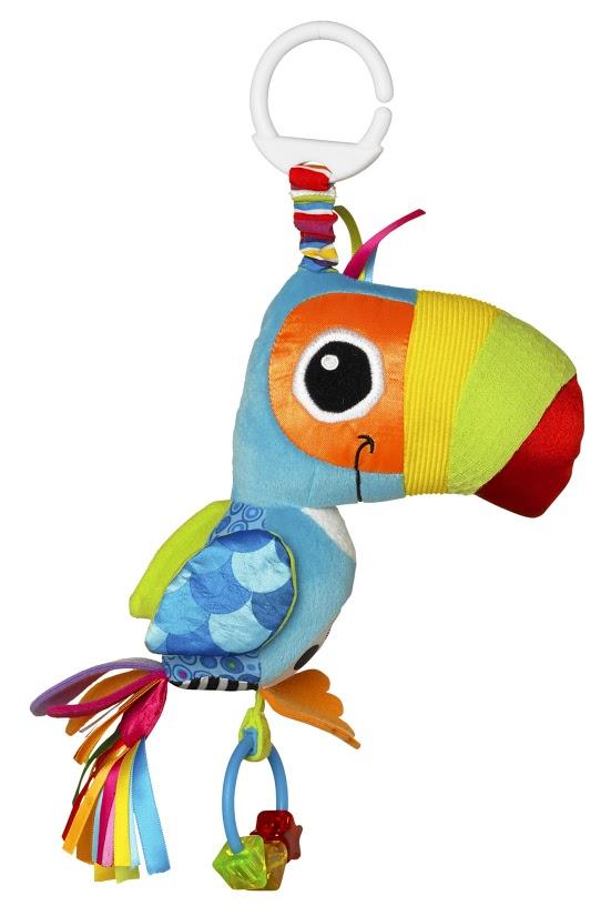Погремушка-подвеска мягкая Lamaze Веселый Тукан, 28 см. LC27564RULC27564RUМягкая погремушка-подвеска Веселый Тукан выполнена в виде симпатичной нарядной птички с хвостом из ярких атласных лент, легко крепится к детской кроватке, коляске или автокреслу. У игрушки множество разноцветных деталей из мягких материалов различной фактуры, что способствует развитию тактильного и цветового восприятия, тренирует мелкую моторику ребенка. При нажатии на клюв птичка пищит, в лапках она держит кольцо-прорезыватель с разноцветными фигурками. При прикосновении игровые элементы издают разнообразные шуршащие звуки. Погремушка-подвеска поможет вашему малышу познакомиться с основными цветами и развить мелкую моторику рук и координацию движений. Рекомендуется детям от 0 месяцев до 3 лет.