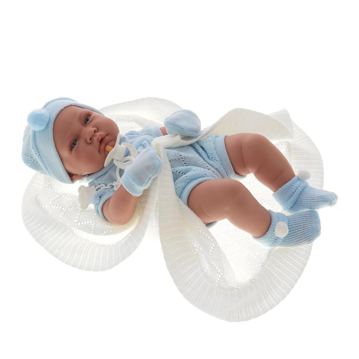 Munecas Antonio Juan Пупс Тони цвет голубой5063BКукла-мальчик Antonio Juan Тони порадует вашу малышку и подарит массу положительных эмоций. Кукла выполнена с анатомической точностью и выглядит совсем как настоящий младенец. Кукла полностью изготовлена из высококачественного винила с покрытием софт-тач, мягкого и приятного на ощупь. Ручки, ножки и голова подвижные. У куклы идеально соблюдены пропорции тела, воспроизведены все складочки новорожденного. Тони является уменьшенной копией настоящего младенца с пухлыми щечками и поджатой нижней губкой. Малыш одет в вязаный ажурный комбинезончик с шортиками. На ножках - пинетки с помпончиком, на голове - шапочка, а на ручках надеты варежки-царапки. В комплект также входит вязаное одеяльце и соска на прищепке. Встреча с такой куклой вызывает только одно желание - позаботиться о ней, прижать ее к себе, убаюкать, покормить, запеленать. Такая игрушка - предел мечтаний любой девочки! Игра в куклы учит детей проявлять заботу, доброту и выражать свои чувства. ...
