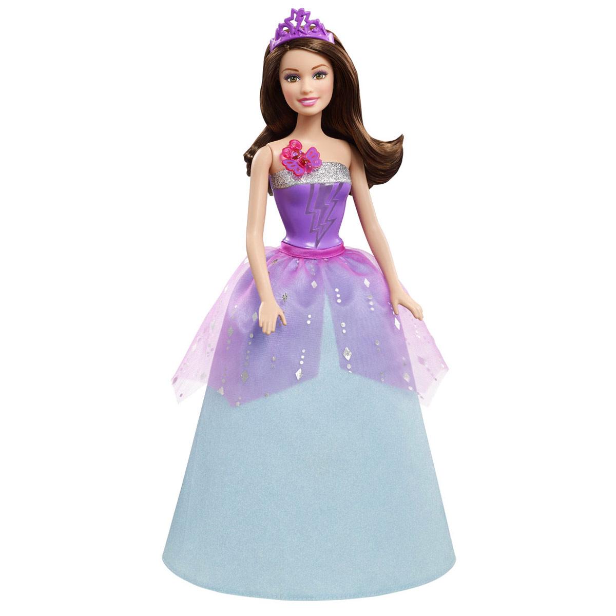 Barbie Кукла Супер-принцесса КоринCDY62В мультфильме Барби: Супер Принцесса современную принцессу поцеловала волшебная бабочка, одарив ее суперспособностями. Удастся ли ей вместе с суперподругами защитить королевство от врага? Корин — двоюродная сестра Кары, которая также получила суперспособности благодаря поцелую волшебной бабочки! Эта бесподобная кукла с секретом воспроизводит сцену превращения. Если нажать на блестящую бабочку у нее на груди, раздастся звук поцелуя и волшебная музыка, а топ куклы засияет цветными молниями. В роскошном фиолетово-синем платье с пышной юбкой и мерцающей накидкой она выглядит как настоящая принцесса. Образ дополняет фиолетовая диадема с вырезанной молнией. Вызывать волшебство можно бесконечно, просто придумайте новое приключение! Ручки и ножки, а также голова куколки подвижны. Рекомендуется докупить 3 батарейки напряжением 1,5V типа АG13 (товар комплектуется демонстрационными).