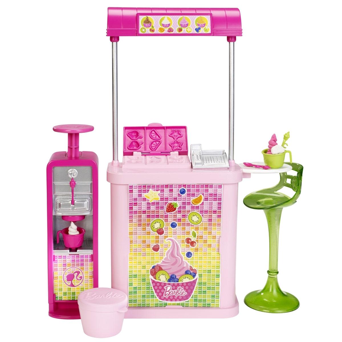 Barbie Мебель для кукол Магазин мороженогоCFB46_CFB49Игровой набор Barbie Магазин мороженого приведет в восторг вашу малышку. Барби вместе с сестрами решили провести незабываемый день вместе. Магазин мороженого выполнен в современном стиле и украшены символами Барби, а внутри обязательно найдутся все необходимые аксессуары для интересной и творческой игры. В магазине можно приготовить мороженое из специальной смеси для игры (представлена в двух цветах). Куклы в комплект не входят.