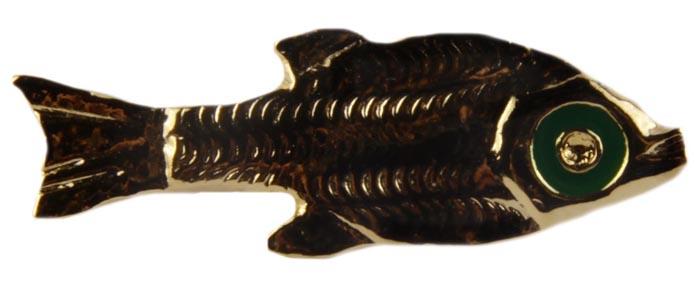 Винтажная брошь Рыбка. Ювелирный сплав, эмаль. Конец XX векаНПО1608-02Винтажная брошь Рыбка. Ювелирный сплав, эмаль. Западная Европа, конец ХХ века. Размер броши 3,5 х 1,5. Сохранность хорошая. На оборотной стороне брошь имеет клеймо с серийным номером, что говорит об уникальности броши. Брошь в форме рыбки выполнена из ювелирного сплава цвета желтого золота. Поверхность броши имитирует чешуйки рыбки. Глазик обрамлен эмалью зеленого цвета. Достаточно необычная брошь с особым шармом и обаянием.