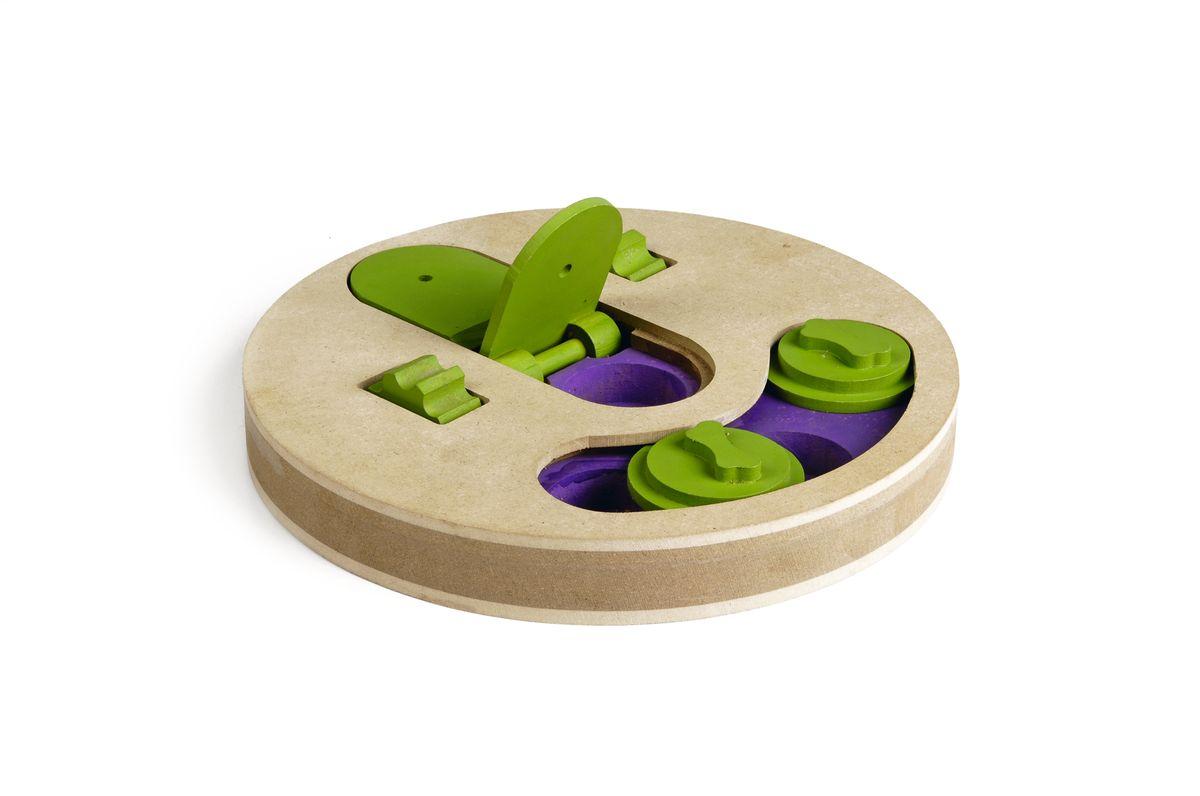 Игрушка-головоломка для собак I.P.T.S. Fanatic, диаметр 22 см39747Игрушка-головоломка для собак I.P.T.S. Fanatic - это двойная увлекательная игра для собак, которая стимулирует внимательность, ум и сообразительность. Заполните расположенные в игрушке отверстия лакомством и закройте их зелеными дисками так, чтобы собака не видела лакомство. С помощью лап или носа собаке придется двигать диски и доставать лакомство. Вторая игра также заключается в поиске лакомства. Две зеленые крышечки могут быть открыты специальным механизмом, который собака может повернуть с помощью лап. Зубчики на колесе облегчают данную задачу. Такая головоломка не только поможет развить умственные способности питомца, но и спасет его от одиночества и скуки, а квартиру от разрушений.
