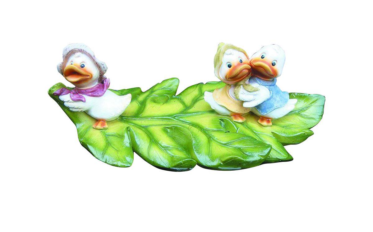 Фигурка плавающая Green Apple Утята, 30,3 х 18,2 х 11,3 смGRWD3-20Фигурка плавающая Green Apple Утята изготовлена из полистоуна - это легкий практичный материал, который устойчив к любым погодным условиям, отличается прочностью и практичностью. Фигурка выполнена в виде зеленого листочка с тремя утятами, предназначена для небольших прудов на садовых и коттеджных участках. Послужит прекрасным декоративным украшением.