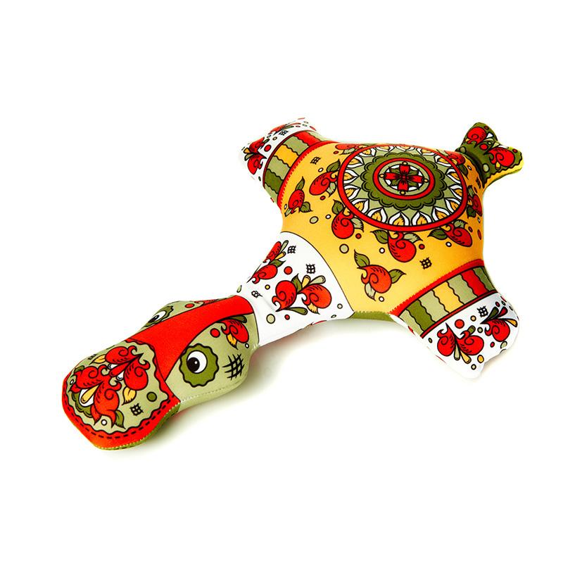 Мягкая игрушка Утка: ракульская роспись, 30 смMT-D091289Мягкая игрушка Утка, выполненная в стиле ракульской росписи, вызовет умиление и улыбку у каждого, кто ее увидит. Игрушка изготовлена из гладкого, эластичного и прочного полиэстера, наполнитель - гранулы полистирола диаметром меньше миллиметра (наполнитель высшего качества). Эти гранулы обеспечивают осязательный массаж, приятный, полезный и антидепрессивный. Такая игрушка легкая, упругая и всегда хорошо выглядит, как бы вы ее ни сжимали, она неизменно возвращает себе первоначальную форму. Удивительно мягкая игрушка принесет радость и подарит своему обладателю мгновения нежных объятий и приятных воспоминаний. Великолепное качество исполнения делают эту игрушку чудесным подарком как ребенку, так и взрослому.