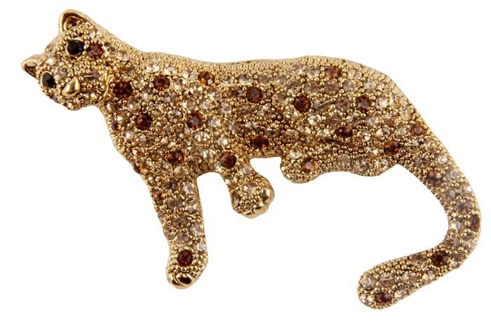 Брошь Золотой леопард. Бижутерный сплав, австрийские кристаллы, эмаль. Конец XX века06FABL002/29Брошь Золотой леопард. Бижутерный сплав, австрийские кристаллы, эмаль. Западная Европа, конец XX века. Размеры 7 х 3 см. Сохранность хорошая. Богато инкрустированная стразами массивная брошь в виде леопарда. Идеально подойдет для сильных и ярких натур . Это изысканное украшение идеально дополнит образ, привлекая к вам множество взглядов.