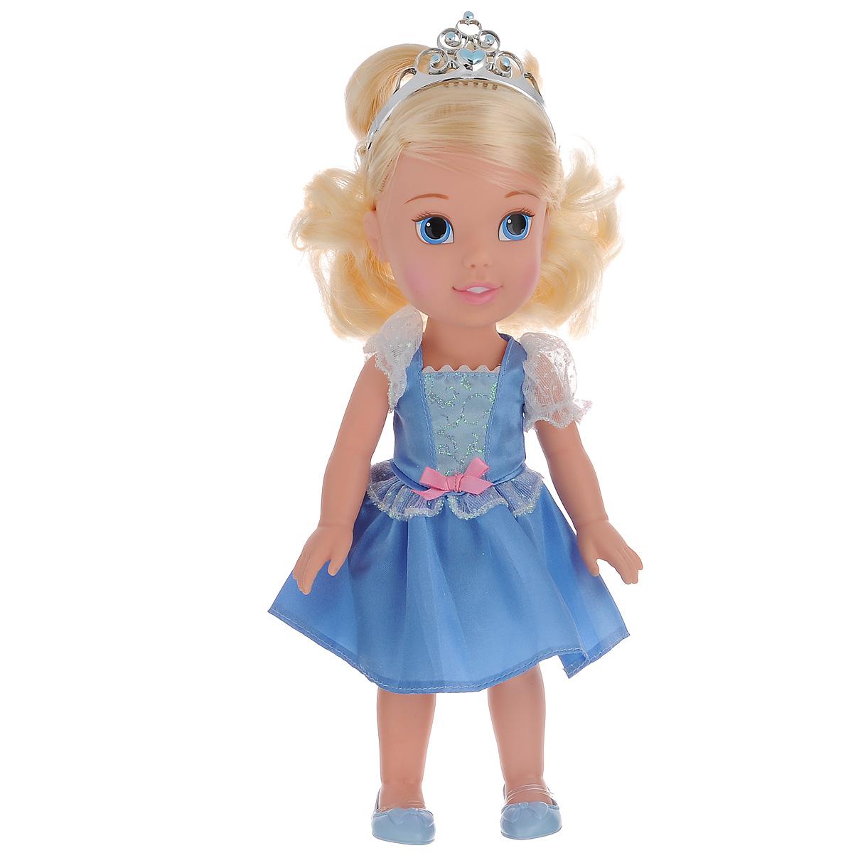 Disney Princess Кукла Малышка Золушка цвет платья голубой751170_ребенок ЗолушкиКукла Disney Princess Toddler Cinderella непременно понравится вашей дочурке. Кукла в виде Золушки выполнена из пластика и одета в прекрасное голубое платье с блестящими вставками, на ножках - голубые туфельки. У куклы шикарные светлые локоны, которые можно заплетать. Голову Золушки украшает серебристая тиара. Такая куколка очарует вас и вашу дочурку с первого взгляда! Ваша малышка с удовольствием будет играть с принцессой Золушкой, проигрывая сюжеты из мультфильма или придумывая различные истории. Порадуйте свою дочурку таким замечательным подарком!