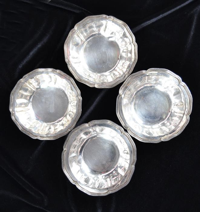 Набор из четырех креманок Крем-брюле. Металл, чеканка, серебрение. Франция, конец 19 века64581Очаровательный набор оригинальных креманок станет изысканным украшением Вашего стола! Набор креманок Крем-брюле - это превосходная идея для подарка ценителю изящных и оригинальных редкостей! Набор из четырех креманок Крем-брюле. Металл, чеканка, серебрение. Франция, конец 19 века. Диаметр креманки 13 см , высота 5 см. В комплекте четыре креманки. Сохранность хорошая. Изделие отполировано. По канту имеются клейма (на фото).