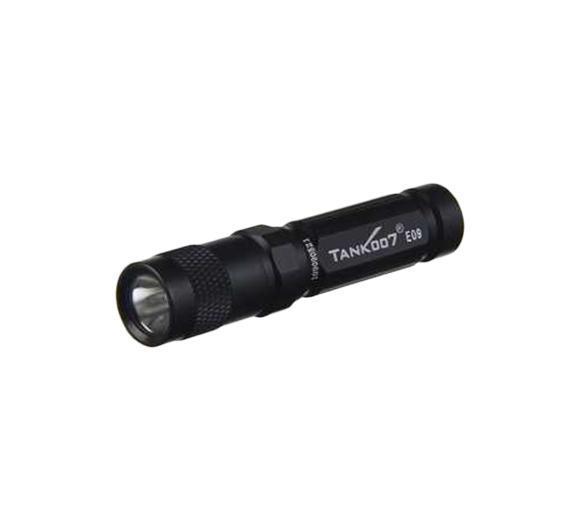 Фонарь светодиодный TANK007 E09, с комплектацией, цвет: черныйE09Высококачественный карманный светодиодный фонарь-брелок TANK007 E09 - самый компактный в своем классе. Фонарь выполнен из авиационного алюминия с III (наивысшей) степенью защитного анодирования корпуса. Водонепроницаемый — стандарт IPX8. Фонарь снабжен современным светодиодом CREE XP-E R3 (США) и встроенным стабилизатором напряжения. Особенности конструкции: - три режима работы фонаря: High (полная мощность), Medium (средний режим), Low (экономичный режим); - имеется функция памяти - при последующем включении фонарь начинает работать в выбранном ранее режиме; - включение и переключение режимов работы осуществляется вращением головной части фонаря - кратковременное вращение на четверть оборота вправо - влево до фиксации; - фонарь работает от одной батарейки ААА (в комплекте); - резиновое уплотнение в хвостовике фонаря; - при использовании светорассеивающего наконечника фонарь работает в режиме кемпинговой...