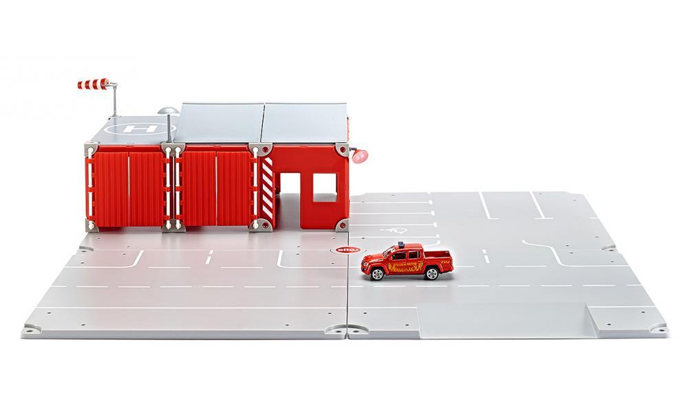 Siku Игровой набор Пожарная бригада5502Игровой набор Siku Пожарная бригада - прекрасный стартовый игровой набор и отличный подарок для мальчика любого возраста. Набор включает все самое необходимое для создания различных автомобильных дорожных ситуаций. Из нескольких элементов можно создать дорожную модель и придумывать различные автомобильные приключения. Прочные и надежные детали создают идеальную дорожную платформу и неограниченные возможности для фантазии ребенка. Набор поможет разнообразить игру вашего ребенка и познакомит его с первыми правилами дорожного движения. А благодаря тому, что набор совместим со всеми моделями и аксессуарами Siku, можно всегда дополнить его новыми интересными элементами.