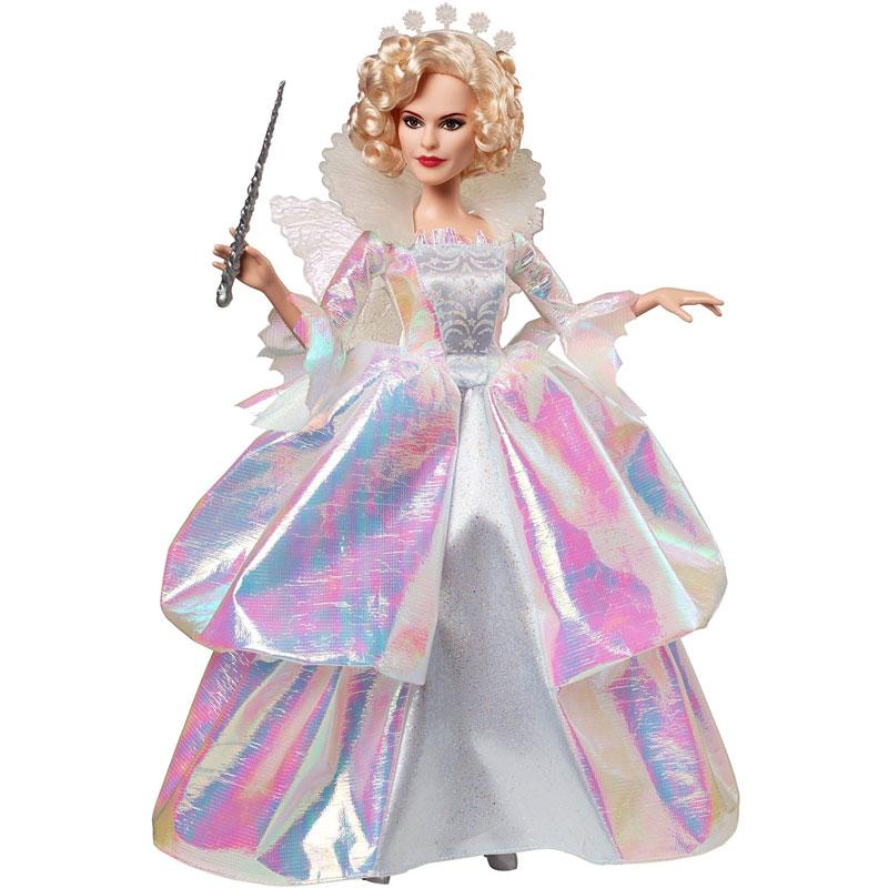Disney Princess Кукла Фея крестнаяCGT57(CGT58/CGT59)Прекрасная кукла Disney Princess Золушка-невеста завораживает и очаровывает своей красотой, она обязательно понравится маленьким любительницам сказок. Кукла выполнена из высококачественного пластика в образе доброй феи из кинофильма Золушка, премьера которого состоялась в марте 2015 года. Внешне кукла невероятно похожа на британскую актрису, сыгравшую роль феи, - Хелену Бонэм Картер. Фея одета в роскошное пышное белое платье в стиле 18 века, оно переливается разноцветными тонами и притягивает взгляд так, что его невозможно оторвать. В руках фея держит волшебную палочку, взмах которой поможет Золушке встретить принца. Светлые локоны убраны в красивую прическу и дополнены диадемой. Сзади у феи есть крылышки. Эта роскошная кукла будет замечательным подарком для девочек, коллекционеров и любителей сказки Золушка.