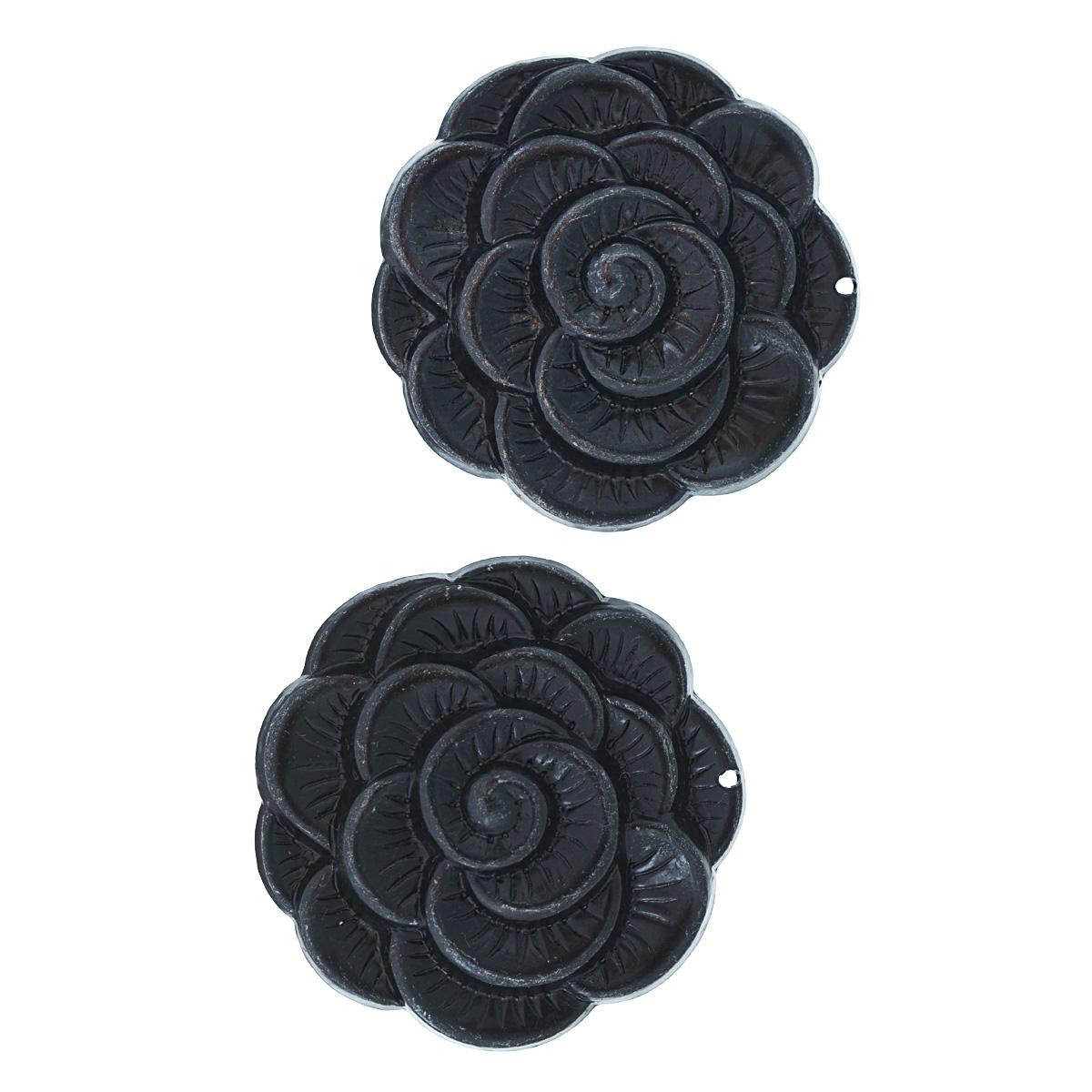 Набор подвесок Vintaj Распускающийся цветок, диаметр 38 мм, 2 штAP0011RRНабор Vintaj Распускающийся цветок состоит из 2 декоративных подвесок, изготовленных из металла и предназначенных для декорирования в различных техниках. Подвески, выполненные в виде цветов, отличаются прочностью и практичностью. С их помощью вы сможете украсить фотографию, альбом, одежду, подарок и другие предметы ручной работы. Изготовление украшений - занимательное хобби и реализация творческих способностей рукодельницы. Радуйте себя и своих близких украшениями, сделанными своими руками! Диаметр подвески: 38 мм.