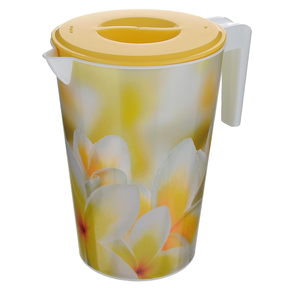 Кувшин Альтернатива Романтика, с крышкой, цвет: желтый, 2 лM1946Кувшин Альтернатива Романтика, выполненный из пластика и декорированный ярким цветочным рисунком, элегантно украсит ваш стол. Кувшин оснащен удобной ручкой и плотно закрывающейся пластиковой крышкой. Изделие имеет носик для выливания жидкости. Подойдет для подачи воды, сока, компота и других напитков. Кувшин Альтернатива Романтика дополнит интерьер вашей кухни и станет замечательным подарком к любому празднику. Объем: 2 л. Диаметр (по верхнему краю): 14 см. Диаметр основания: 10,5 см. Высота кувшина: 19,5 см.