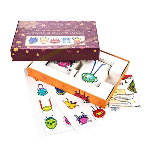 Настольная игра Головоноги эксклюзивные 2в1PP-16Подарочный набор Головоноги содержит 2 части увлекательной настольной игры для детей. Это одна из немногих игр в которые интересно играть детям любого возраста. Игра заслужила множество положительных отзывов, как у взрослых, так и у детей. Суть игры заключается в том, что персонажи игры, забавные головоноги забыли свои имена и никак не могут их вспомнить. Вам необходимо им помочь и заново их назвать. Во время игры вы будете открывать карточки, и придумывать имена вновь появившимся головоногам. Когда названный головоног появится вновь, необходимо сразу же назвать его имя. Первый, кто это сделает, забирает себе все карты и увеличивает количество своих очков. Кто наберет больше балов – становится победителем! В процессе игры ребенок получает массу положительных впечатлений, развивает фантазию и что самое важное – тренирует память. Но все это происходит в такой веселой и непринужденной обстановке, что никто даже и не заметит этого. В Подарочном наборе вы найдете наклейки с персонажами....