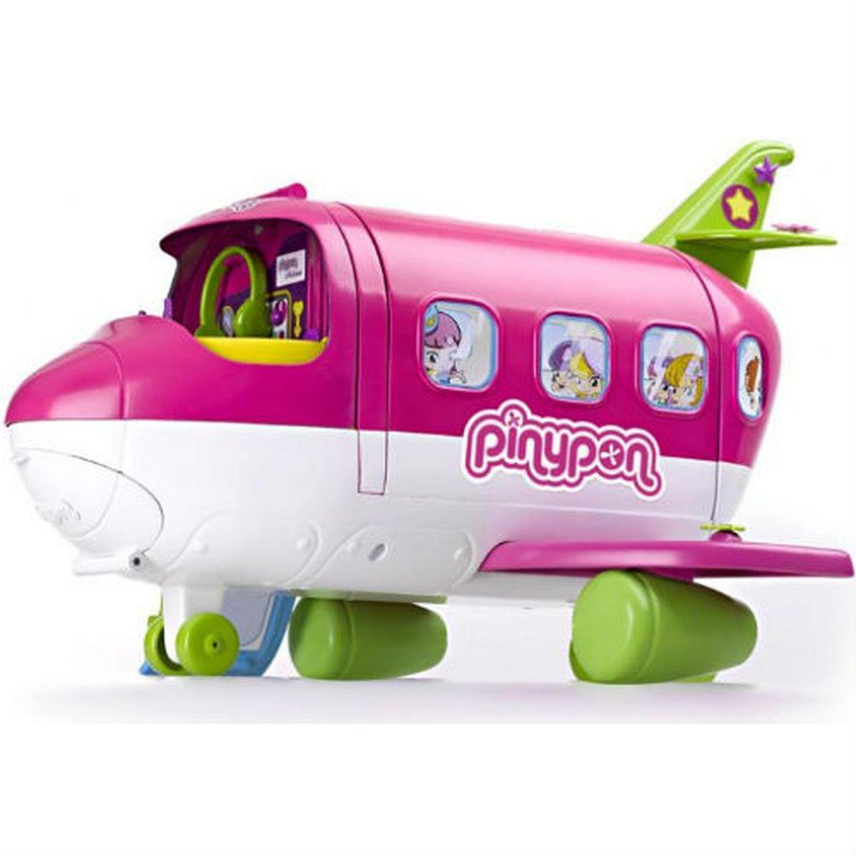Famosa Игровой набор с мини-куклой Самолет Пинипон700010562Игровой набор Famosa Самолет Пинипон обязательно понравится вашей малышке и станет изюминкой ее игровой коллекции. Мини-куклы Пинипон/Pinypon обожают путешествовать. Они побывали в Париже, Нью-Йорке, Риме, Токио, плавали на лодках, теплоходах, ездили на машинах, велосипедах, а теперь Пинипон поднимаются в небо! Самолет Пинипон - это настоящий образец экономичной организации пространства. В сложенном виде самолет занимает минимум места, но раскрыв его, вы найдете огромное количество вещей, необходимых в любой поездке. Здесь откидывается и поднимается лесенка, отъезжает вбок хвост самолета, в носовой части есть отделение для багажа, открывается микроволновка, выезжает гладильная доска, раскладывается спальное место… Самолет полон сюрпризов! Транспортное средство делится на 4 части: в кабине - место пилота, оснащенное приборами для управления полетом, наверху - диджейский пульт и коллекция пластинок для вечеринки, под ними - гостиная, которая ночью трансформируется в...