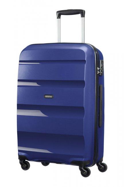 Чемодан American Tourister Bon Air, цвет: темно-синий, 53 л85A*41002Чемодан American Tourister Bon Air прекрасно подойдет для путешествий. Имеет жесткую форму. Выполнен из прочного полипропилена, материал внутренней отделки - полиэстеровая ткань серого цвета. Чемодан очень вместителен, он содержит продуманную внутреннюю организацию, которая позволяет удобно разложить вещи и избежать их сминания. Имеется одно большое отделение, закрывающееся по периметру на застежку-молнию с двумя бегунками. Внутри содержатся два больших отдела для хранения одежды с перекрещивающимися багажными ремнями, соединяющимися при помощи пластикового карабина. Отдел на крышке скрытый и закрывается на молнию. Также внутри имеется два сетчатых кармана на молнии и дополнительное отделение на молнии. Для удобной перевозки чемодан оснащен четырьмя маневренными колесами, которые обеспечивают легкость перемещения в любом направлении. Телескопическая ручка выдвигается нажатием на кнопку и фиксируется в 2-х положениях. Сверху предусмотрена ручка для поднятия чемодана....