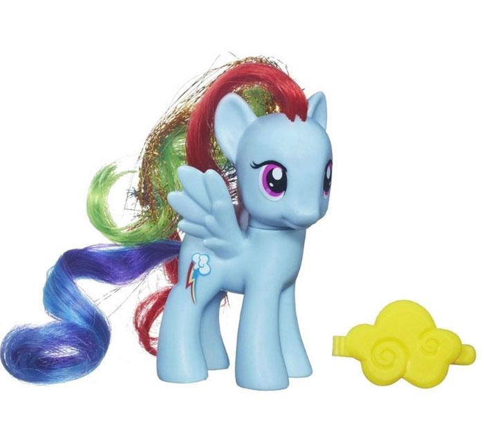 My Little Pony Фигурка Пони Рейнбоу Дэш с аксессуаромA9973_A2360_SolidФигурка My Little Pony Пони Rainbow Dash непременно понравится вашей малышке. Она выполнена из безопасного пластика в виде Радуги Дэш - симпатичной голубой пони с красивыми большими глазами, длинной разноцветной гривой с блестящей прядью и хвостом. В комплект входит аксессуар для вашей принцессы: желтая заколка-зажим. Игры с пони поспособствуют развитию у ребенка фантазии и любознательности, помогут овладеть навыками общения, воспитают чувство ответственности и заботы. Благодаря маленькому размеру фигурки ребенок сможет взять ее с собой на прогулку или в гости. Порадуйте свою малышку таким замечательным подарком!