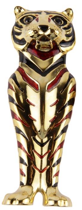 """Винтажная брошь от Sphinx Тигр. Ювелирный сплав, эмаль, стразы. Sphinx, Великобритания, вторая половина ХХ века19/0112Винтажная брошь Тигр от Sphinx. Ювелирный сплав, эмаль, стразы. Sphinx, Великобритания, середина ХХ века. Размер броши 9 х 3,5. Сохранность хорошая. Маркировка характерная для Sphinx: овальный картуш с подписью """"Sphinx"""" и серийный номер расположены на обороте броши. Подлинность броши можно определить по каталогам компании. Брошь в виде фигурки тигра выполнена из ювелирного сплава золотого тона . Поверхность броши глянцевая, блестящая. Природные полосы тигра имитируют полосы из эмали ярко-красного и черного тонов. Глазки тигра - два австрийских кристалла черного цвета. Несомненно, очень красивое, яркое, привлекательное украшение! Мимо такого украшения невозможно пройти, не обратив на него свое внимание. Брошь компании Sphinx - это всегда желанный подарок для истинных ценителей винтажных украшений. SPHINX: 1948-2000 Компания была основана в 1948 году в Великобритании. Компания The Sphinx Company была известной..."""