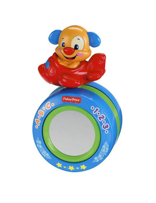 Fisher Price Смейся и учись Мячик в форме щенка Ползаем вместе!BCD64Яркая развивающая игрушка Fisher-Price Ползаем вместе! непременно понравится вашему малышу и займет его внимание надолго. Она выполнена из прочного пластика, в центре расположено безопасное зеркало, а сверху на подвижном кольце закреплен щенок, сидящий в самолетике. Игрушка предусматривает три игровых и обучающих режима, которые соответствуют разным ступеням развития малыша: период игр в положении лежа на животике, в положении сидя и ползком. Кроха в самом младшем возрасте сможет изучать собственное отражение в зеркале в положении лежа на животике. Когда малыш научится сидеть самостоятельно, он сможет играть со щенком и услышать более 20 песенок, забавных мелодий и фраз. Ползая малыш сможет толкать игрушку перед собой, при этом игрушка будет катиться, а щенок двигаться. В обучающем режиме малыш познакомится с буквами русского алфавита, цифрами от 1 до 10, антонимам, первым простым словам и многому другому! Игрушка Ползаем вместе! поможет малышу в...