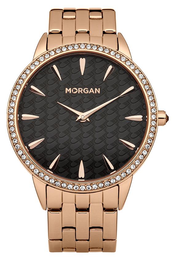 Набор MORGAN: наручные часы, зеркало, цвет: золотой, черный. M1190BGM1190BGНабор MORGAN включающий в себя наручные часы и зеркало. Элегантные наручные часы MORGAN выполнены из нержавеющей стали с IP-покрытием цвета желтого золота, минерального стекла. Циферблат изделия оформлен символикой бренда, орнаментом на основном фоне и дополнен чешскими кристаллами. Часы оснащены механизмом Miyota с двумя стрелками, полированным корпусом, устойчивым к царапинам минеральным стеклом, степенью водозащиты 3atm. Изделие дополнено стальным браслетом, который закрывается на застежку-клипсу. Компактное зеркало раскрывается при помощи механизма на защелке, изделие оформлено сердечком из страз. Набор MORGAN поставляется в фирменной упаковке. Стильные часы подчеркнут изящество женской руки и отменное чувство стиля их обладательницы.