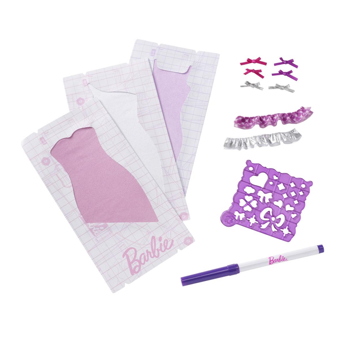 Barbie Одежда для кукол Модная дизайн-студия цвет платьев фиолетовый белый розовыйW3914-3915Дополнительный набор для кукол Barbie Модная дизайн-студия станет отличным подарком для девочек, которые мечтают о карьере модельера. Сделать своими руками платья легко и просто, ведь для этого не нужны нитки и иголки. Набор включает в себя три платья розового, сиреневого и белого цветов, трафарет, фломастер, а также оборки и бантики для создания неповторимых дизайнов платьев. С этим дополнительным набором ваша малышка самостоятельно оденет свою любимицу и с удовольствием будет играть с ней, придумывая различные истории и устраивая модные показы. Кукла в комплект не входит.