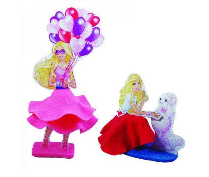Giromax Набор для лепки BarbieG 307588Набор для лепки Giromax Barbie представляет собой сочетание моделирования и игры. Набор включает в себя: 6 плиток пластилина (розовый, голубой, малиновый), игровая фоновая сцена, 2 карточки с картонными деталями, 2 листа липучек, иллюстрированная книжка с инструкциями и заданиями. Входящая в набор пластилиновая масса разработана специально для детей, очень мягкая, приятно пахнет, ее не надо разминать перед лепкой. Пластилин быстро высыхает, не имеет запаха, не липнет к рукам и одежде, легко смывается. Используя пластилин и картонные формочки, малыш сможет самостоятельно вылепить фигурки любимой куклы Барби, а с помощью игровой фоновой сцены созданные игрушки оживут. Работа с пластилином развивает мелкую моторику пальцев малыша, пространственное воображение, фантазию.