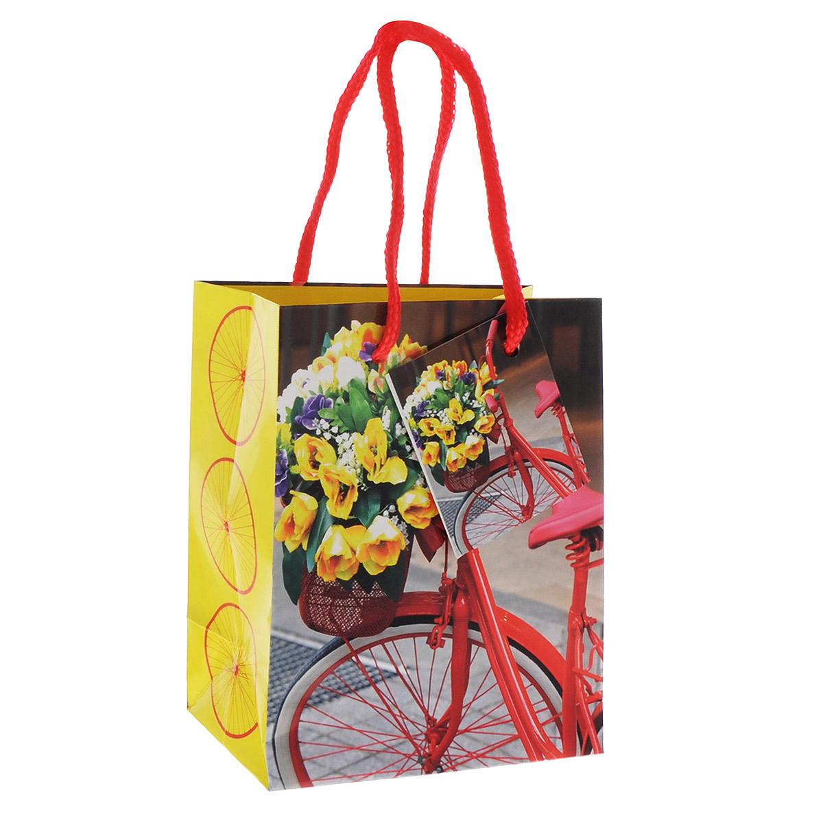 Бумажный подарочный пакет Феникс-Презент Велосипед с корзинкой, 11 см х 14 см х 6 см35923Подарочный пакет Феникс-Презент Велосипед с корзинкой, изготовленный из плотной бумаги, станет незаменимым дополнением к выбранному подарку. Дно изделия укреплено картоном, который позволяет сохранить форму пакета и исключает возможность деформации дна под тяжестью подарка. Пакет выполнен с глянцевой ламинацией, что придает ему прочность, а изображению - яркость и насыщенность цветов. Для удобной переноски на пакете имеются две ручки из шнурков. Подарок, преподнесенный в оригинальной упаковке, всегда будет самым эффектным и запоминающимся. Окружите близких людей вниманием и заботой, вручив презент в нарядном, праздничном оформлении.